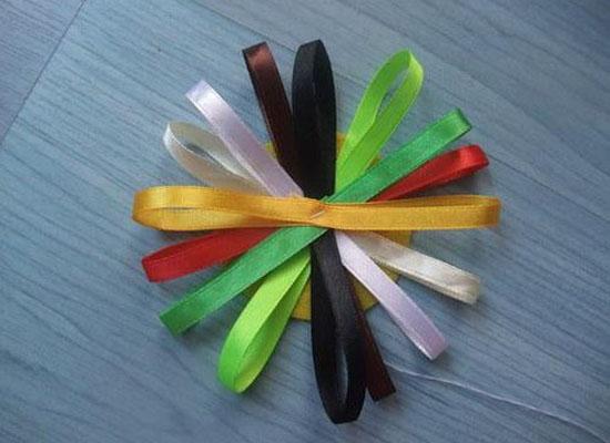 彩带最主要的用途就是用来装饰包装礼物、礼盒。折一朵漂亮的彩带花,不仅美观,而且还能表现你的心意与诚意。今天小编就带你了解彩带折花大全,并附上彩带折花步骤图解。  彩带折花大全   一方彩纸,一条丝带,为你送给朋友的礼物披上一层美丽神秘的外衣,怀着喜悦的心情轻轻解开这只别致的花结,等待着的不止是惊喜,欢呼,感激,还有一股暖暖的爱意,黄色代表光明,红色代表和平,白色代表清纯,粉色代表温馨……用彩带编织你那深深的情怀,淡淡的诗意,不要以为这只是少女们的喜好,其实,谁不期待自己的生