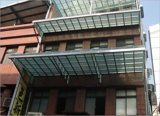 钢结构与玻璃之间的衔接是通过预埋件及螺杆锚固技术进行固定的.
