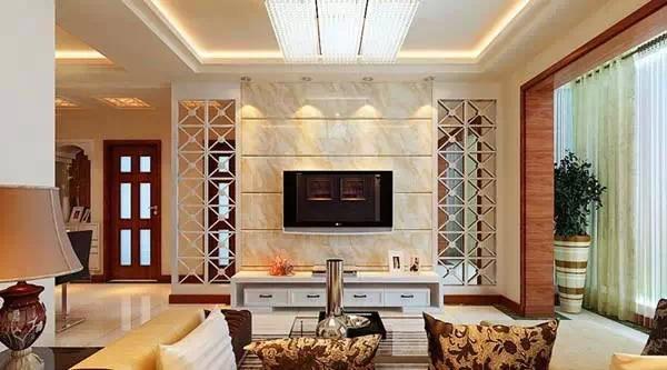 1、电视主题墙宜高 传统家居水学认为高者为山、低者为水,有山有水可产生吉祥效应。客厅中高的主题墙是山,低的沙发是水,这是理想的搭配。 2、短组合柜两边宜用植物填补 如果客厅面积大,而电视主题墙摆放的柜子很短,形成组合柜两边太多空位而过于空疏,从传统家居环境学来说,不利于吉气聚集。遇到这种情况,两边可用高大的阔叶植物如橡皮树、发财树、棕竹等植物来填补空间,这对招财纳气很有帮助。 3、电视柜宜摆在旺方 以住宅而言,电视机的摆设方位十分重要,因其使用频率高,且开机时能量较大,为动态物品,所以应尽量摆设于旺方,