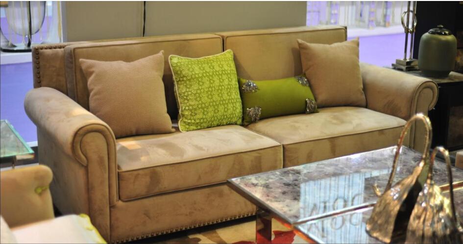 一个温馨浪漫的二人世界,怎么能少得了软绵有弹性且漂亮的双人沙发呢?三人位太大,单人位太小,双人沙发刚刚好。撇开双人沙发价格,那么如何挑选一张优质的双人沙发呢?一起来跟跟着小编看一看吧。    1、看沙发骨架结实性   沙发骨架的结实性关系到沙发的使用寿命和质量保证。最简单的方法是抬起沙发的一头,当抬起部分离地10厘米时,看沙发另一头的腿是否离地。如果另一边也离地,则表示沙发骨架结实,质量过关。没有离地就表示骨架使用的材料不够坚硬或者骨架搭建不够坚固。   2、看沙发的填充质量   沙发内部填充物的数量