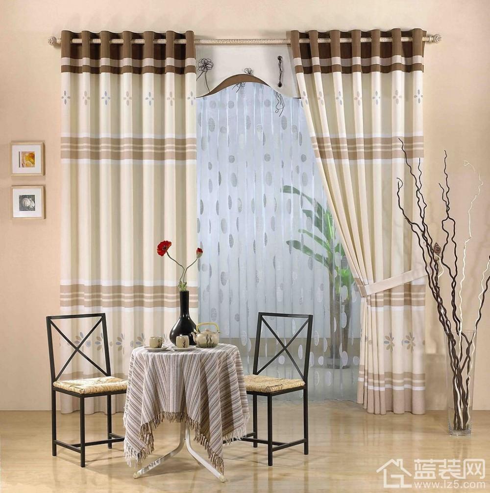 窗帘是现代居室的装饰佳品,挂久了窗帘受灰尘的污染,需要清洗,以下种种的清洗方法很有帮助: 普通布料做成的窗帘 对于一些用普通布料做成的窗帘,可用湿布擦洗,也可按常规方法放在清水中或洗衣机里清洗,中性洗涤剂。易缩水的面料应尽量干洗,实在不方便应与销售商联系,以便放大尺寸与大幅整烫。  帆布或麻制成的窗帘 这种窗帘清洗后难干燥。因此,不宜到水中直接清洗,宜用海绵蘸些温水或肥皂溶液、氨溶液混合液体进行抹,待晾干后卷起来既可。 窗楣、帷幔(特别是带花边) 用清水将花边帷幔浸湿,再用加入苏打的温水洗涤(半桶水兑10