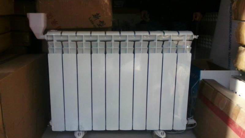 选购方法   电暖气分对流式和辐射式两种:辐射式电暖气的优点是结构简单、热惯性小,缺点是表面温度高,易使室内空气干燥。对流式电暖气又分自然对流和强迫对流。一般家庭可选择自然对流电暖气,优点是无噪音,散热面积大,热安全性好,特别适合在卧室使用。选购电暖气,其功率应与需加热的空间相匹配。在北方6-12平方米的房间可选购400-800W的电暖气。为了用电经济和安全,请在离开居室前30分钟将电暖气关掉   使用注意事项   电源要求:插座不要位于电暖器正上方,防止热量上升烧烫电源。若有易使电流发生骤变且较为